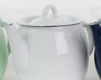 קומקום תה קטן מאמייל בצבע לבן