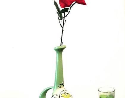 """אגרטל לפרח בודד בצורת מנדולינה. קרמיקה. חתום. צבע טורכיז בהיר מצויר פרחים על רקע אופוויט. מק""""ט 1208"""