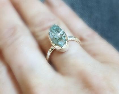טבעת כסף 925 משובצת אבן אקווה מרין טבעית גולמית לא מעובדת בגוון תכלת