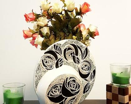 """אגרטל עגול דו שכבתי. עבודת יד. צבע אופוויט מעוצב פרחים שחור לבן על רקע אפור שיש. מק""""ט 1213"""