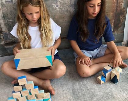קוביות מעץ צבועות בקופסת עץ