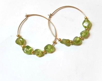 עגילי חישוק זהב ואבן פרידוט ירוק שיקים וקלילים. עגילי זהב גולדפילד ואבנים ירוקות