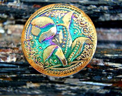 """כפתור זכוכית, פרח טוליפ זהב על רקע ירוק סגול, כפתור אומנותי עבודת יד וצביעת יד בגודל 33 מ""""מ תוצרת צ'כיה"""