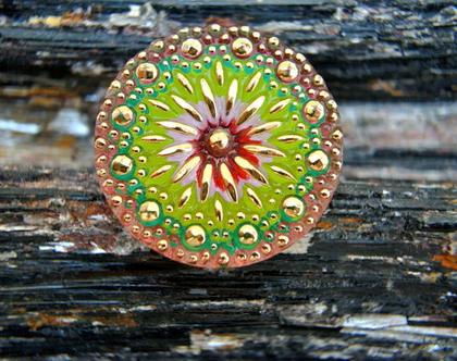 """כפתור זכוכית פרח זהב על רקע ירוק ,כפתור אומנותי עבודת יד וצביעת יד בגודל 32 מ""""מ תוצרת צ'כיה"""