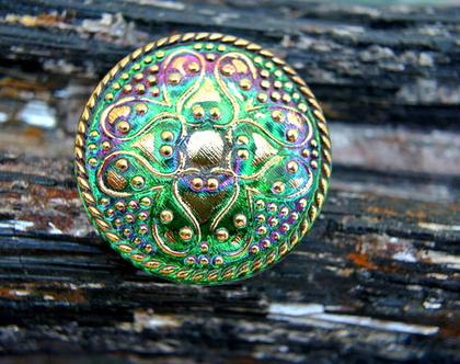 """כפתור זכוכית, פרח זהב על רקע ירוק סגול, כפתור אומנותי עבודת יד וצביעת יד בגודל 32 מ""""מ תוצרת צ'כיה"""