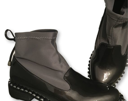 מגף קצר, מגפיים קצרים באפור, מגפיים משולבים לק עם בד באפור, מגפונים שטוחים מיוחדים