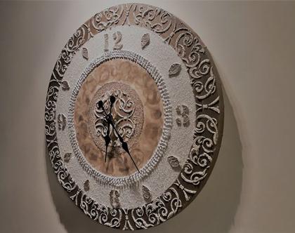 שעון מעוצב בשילוב טקסטורות מובלטות ושברי זכוכית