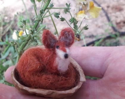 שועל אדום - בובת שועל בליבוד מחט - בקופסת קסמים קליפת אגוז -עבודת יד בחומרים מהטבע