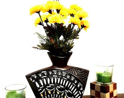 """אגרטל בינוני. עבודת יד. חתום. צבע חום מט מעוצב בחריטה בלבן, צהוב ושחור מבריק. מק""""ט 1224"""