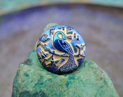 """כפתור זכוכית עם ,תבליט טווס כחול, כפתור אומנותי עבודת יד וצביעת יד בגודל 22 מ""""מ תוצרת צ'כיה"""