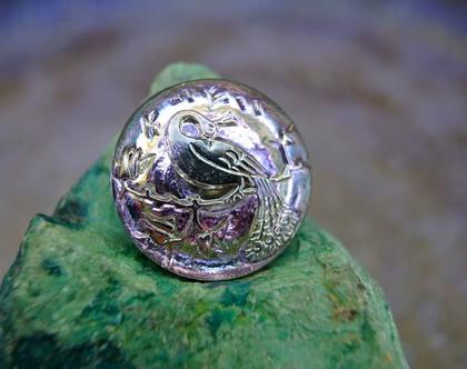 """כפתור זכוכית תבליט טווס בצבע כסף על רקע סגול, כפתור אומנותי עבודת יד וצביעת יד בגודל 22 מ""""מ תוצרת צ'כיה"""