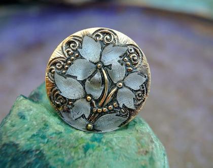 """כפתור זכוכית עם פרחים בולטים בצבעים כסף, שחור וזהב כפתור אומנותי עבודת יד וצביעת יד בגודל 27 מ""""מ תוצרת צ'כיה"""