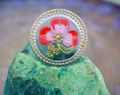 """כפתור זכוכית עם עיטור פרח באדום, לבן וזהב כפתור אומנותי עבודת יד וצביעת יד בגודל 27 מ""""מ תוצרת צ'כיה"""