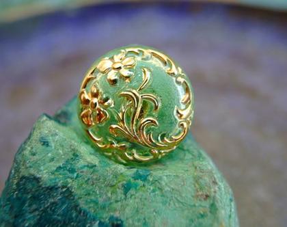 """כפתור זכוכית ירוקה בהירה עם עם עיטורי פרחים בזהב כפתור אומנותי עבודת יד וצביעת יד בגודל 23 מ""""מ תוצרת צ'כיה"""