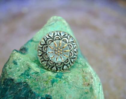 """שני כפתורי זכוכית עיטור פרח, כפתורים אומנותיים עבודת יד וצביעת יד בגודל 18 מ""""מ תוצרת צ'כיה"""