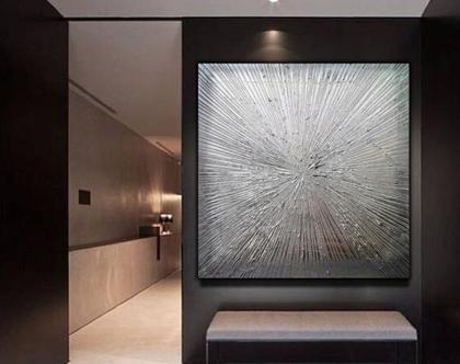 """""""כיסופים"""" - יצירה אבסטרקטית בגווני כסף מיטאלי עם משחות עיצוב וטקסטורות מובלטות."""