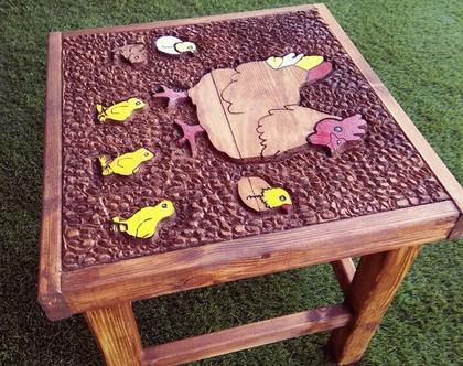 שולחן קפה מעץ מלא חרוט . תרנגולת ואפרוחים