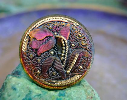 """כפתור זכוכית, פרח טוליפ אדום, כפתור אומנותי עבודת יד וצביעת יד בגודל 32 מ""""מ תוצרת צ'כיה"""
