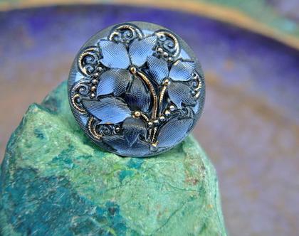 """כפתור זכוכית עם פרחים בולטים בצבעים כחול שחור וזהב כפתור אומנותי עבודת יד וצביעת יד בגודל 27 מ""""מ תוצרת צ'כיה"""