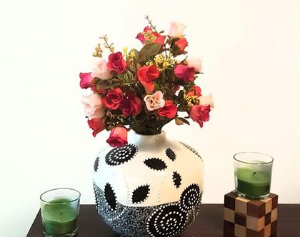 """אגרטל. עבודת יד. מעוצב בפרחים שחורים עם נקודות לבנות על רקע אופוויט ואפור דמוי שיש. מק""""ט 1147"""