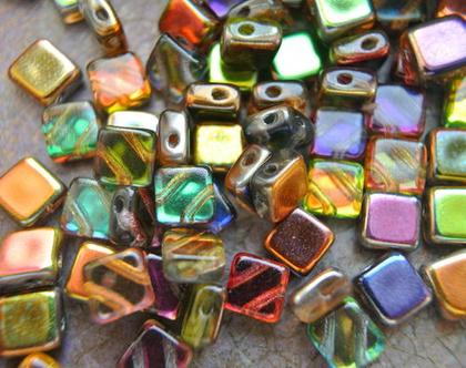 """חרוזי זכוכית צבעוניים, 2 כניסות, זכוכית צ'כית בצורת מרובע, גודל 6מ""""מ, 30 חרוזים"""