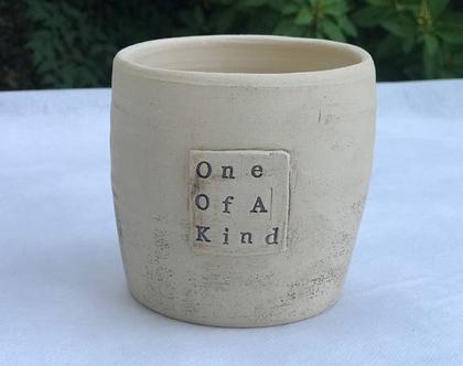 כלי לעציץ ״One Of A Kind״, עציץ מעוצב מקרמיקה עם מילים ומשמעות