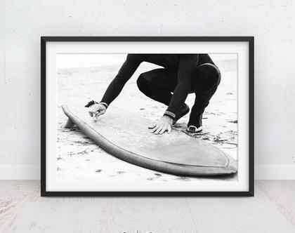 תמונה של גולש | פוסטר שחור לבן | תמונות ים | תמונה לסלון | פוסטר גלישה | תמונה לנוער | תמונות למסגור | הדפס איכותי | גלשן שחור לבן | מתנה