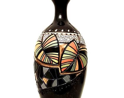 """אגרטל גבוה. עבודת יד, צבע בסיס שחור מבריק עם נגיעות חום מעוצב בחריטת עלים צבעוניים. מק""""ט 1188"""