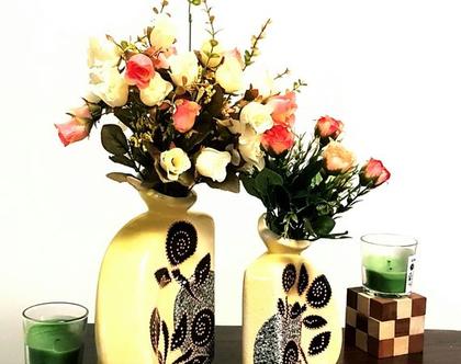 """סט 2 אגרטלים: קטן ובינוני בצבע צהוב מעוצב בתפוח אפור שיש ופרחים שחורים עם נקודות כתומות. מק""""ט 1230"""