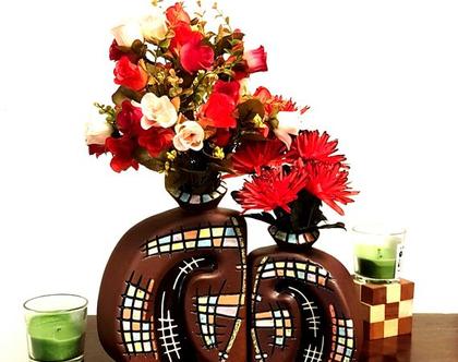 """סט 2 אגרטלים: קטן ובינוני בצבע חום שוקולד עם הבלטה בצורת תפוח. מעוצב בריבועים צבעוניים. מק""""ט 1232"""