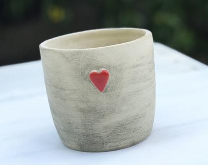 כלי לעציץ לב אדום קטן, עציץ מעוצב מקרמיקה עם לב אדום קטן