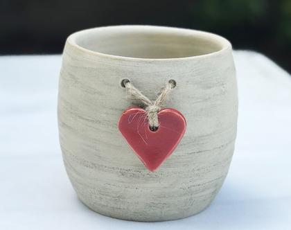 כלי לעציץ עם לב אדום קשור בחבל, עציץ מעוצב מקרמיקה עם לב אדום קשור בחבל