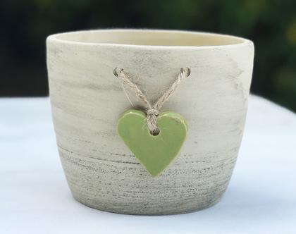 כלי לעציץ עם לב ירוק קשור בחבל, עציץ מעוצב מקרמיקה עם לב ירוק קשור בחבל