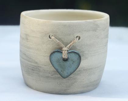 כלי לעציץ עם לב טורקיז קשור בחבל, עציץ מעוצב מקרמיקה עם לב טורקיז קשור בחבל