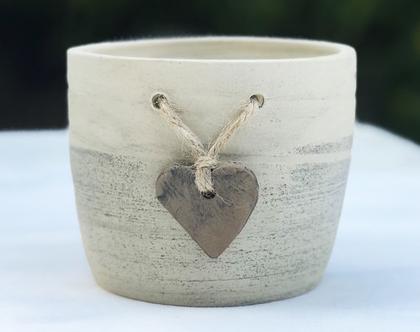 כלי לעציץ עם לב חום קשור בחבל, עציץ מעוצב מקרמיקה עם לב חום קשור בחבל