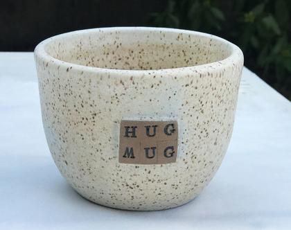 כוס חיבוק HUG MUG מקרמיקה, ספל עמוק ומפנק ללא ידית בצבע שמנת מנוקדת