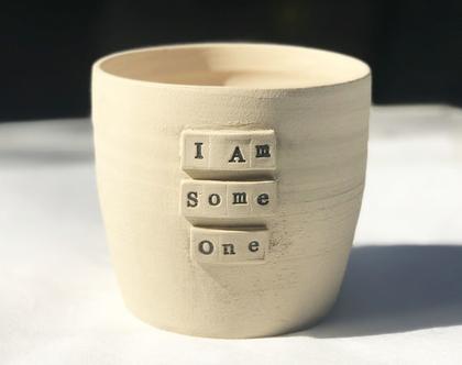 כלי לעציץ ״I Am Someone״, עציץ מעוצב מקרמיקה עם מילים ומשמעות
