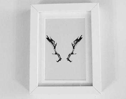 תמונה ממוסגרת עם מסגרת לבנה של הדפס מינימליסטי של קרניי אייל