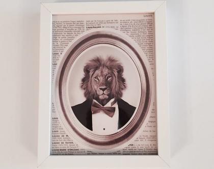 תמונה ממוסגרת של הדפס איכותי מארה״ב | הדפס אריה בחליפה על רקע עיתון | תמונה מיוחדת ומקורית
