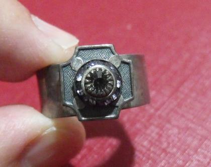 טבעת מתכת פליז נחושת לא כסף 8.5 מעוצבת פרחים סברובסקי / נדירה / מיוחדת במינה תכשיט מתנה