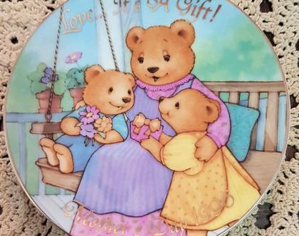 צלחת יום האם- אהבה היא מתנה: אמא דובה ושני ילדיה 1996 - צלחת נוי חברת avon