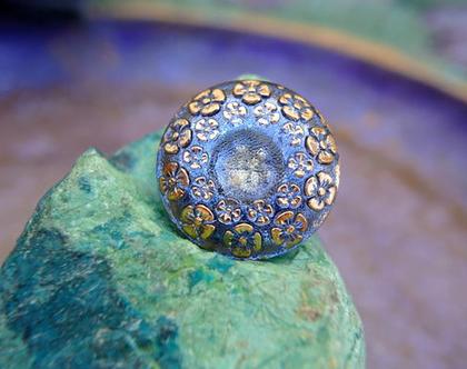 """כפתור זכוכית עיטורי פרחים בזהב רקע כחול אומנותי עבודת יד וצביעת יד בגודל 23 מ""""מ תוצרת צ'כיה"""