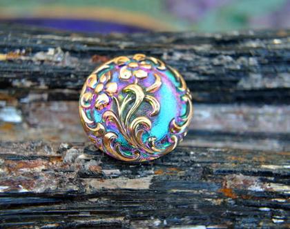 """כפתור זכוכית עיטורי פרחים בזהב רקע מחליף צבעים אומנותי עבודת יד וצביעת יד בגודל 23 מ""""מ תוצרת צ'כיה"""