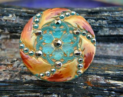 """כפתור זכוכית פרח זהב על רקע ירוק וסגלגל ,כפתור אומנותי עבודת יד וצביעת יד בגודל 32 מ""""מ תוצרת צ'כיה"""