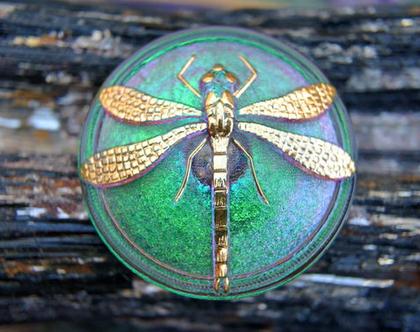 """כפתור זכוכית שפירית זהב על רקע ירוק סגול, כפתור אומנותי עבודת יד וצביעת יד בגודל 36 מ""""מ תוצרת צ'כיה"""