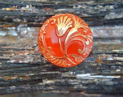 """כפתור זכוכית כתום עם פרחים בולטים בצבע זהב כפתור אומנותי עבודת יד וצביעת יד בגודל 27 מ""""מ תוצרת צ'כיה"""