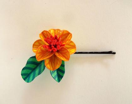 סיכות ראש קטנות מעוטרות בפרחים