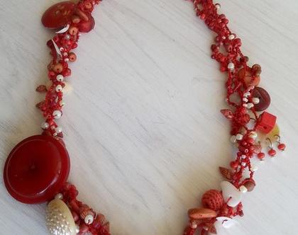 שרשרת סרוגה עבודת יד בחוט אדום עם חרוזים וכפתורים מיוחדים בגווני אדום