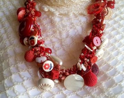 שרשרת עבה סרוגה בחוט אדום עבודת יד עם חרוזים כפתורים בגווני אדום