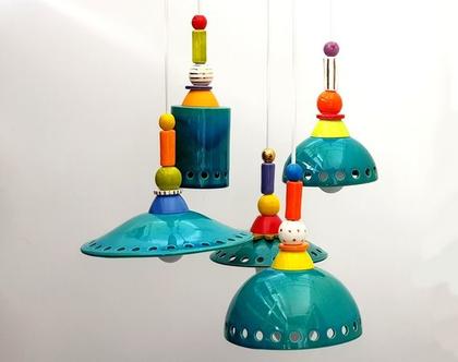 חמש מנורות מקרמיקה בצבע טורקיז עם עיטורים צבעוניים מעל, נהדר לפינת אוכל או אי במטבח מודרני